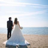 青空広がるホテル前のビーチでロケーション撮影