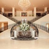 ゲストの皆様をお迎えするのは、広々と高級感のあふれるエントランス。ひとりひとりへの最高のおもてなしは、館内に一歩足を踏み入れた瞬間からはじまっています。