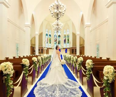 天高10.5m、バージンロードの長さ20m。真実の愛を意味するロイヤルブルーのバージンロードは、花嫁のウエディングドレス姿を一番美しく見せてくれる
