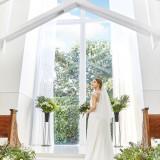 大きな窓から陽光がたっぷりと降り注ぐ明るい独立型チャペル