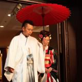 和装での入場では、赤い番傘が似合います。