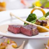 お肉料理:国産牛ロース肉のグリル ゴールデンリングと香り立つグリッシーニを添えて