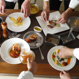季節感を大切にしたシェフ自慢のお料理は、彩りも鮮やか。