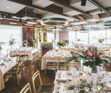 瀬戸内海やテラスに面して大きくとられた窓から、明るく差し込む光。リゾート感を漂わせるバンケットは、パーティの期待感を高めます。最大110名様まで収容可能です。