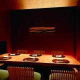 日本料理「京都 華暦」では、様々な個室をご用意しております。 座敷   1室12席 板間個室6名用2室12席、8名用1室8席 個室(4名)4室16席