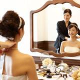 お二人のためだけのメークルームにて専属の美容スタッフが丁寧にお仕上げいたします。