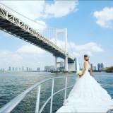 レインボーブリッジを背景に ウエディングドレス姿の新婦思い出に残る 1ショットに