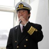 船長からの出航挨拶。海と船に詳しいスタッフも景観案内でおもてなしをサポート!