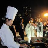 船上BBQはまるで海外ウエディングのよう!美味しいお肉と海鮮を堪能♪シェフが調理致しますので、クルーズをお楽しみ下さい!