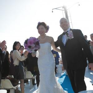 船上で青空のもと行われた挙式。ご参列者様とおふたりも自然と笑顔に。。|ジールウェディングクルーズの写真(2182068)
