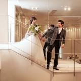 おふたりの登場は階段の上から。ご新郎に手を引かれて、ゆっくりとステップを進むご新婦はゲストの注目の的に