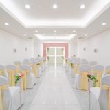 ゲストの方々とご一緒に誓う人前式。 白を基調とし、明るい会場になっております。