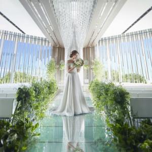 2面の大きな窓からは、温かな自然光が降り注ぎ、ゲストと祭壇上の二人を包み込む神聖な空間。|ラグナヴェール 名古屋(LAGUNAVEIL NAGOYA)の写真(2601280)