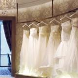 館内にあるドレスサロン【アクア・グラツィエ】にはインポートブランドや有名デザイナーブランドなど多種多様なドレスを取り揃えている。運命の1着をぜひ見つけて。