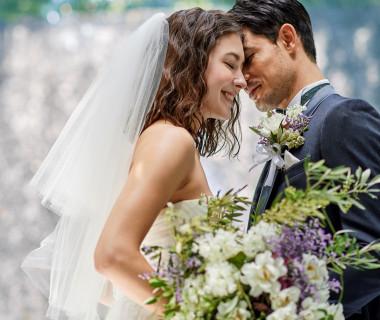 祝福の光が降り注ぐ祭壇は、花嫁の肌を一段と美しく見せる。自然光に包まれた優しい表情で思い出の1枚を残して。