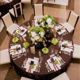 ブラウンのテーブルクロスと緑のコーディネート