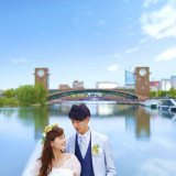 青空と川をバックににさわやかなお写真を