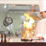 オープンキッチンからのお料理には、ふたりからゲストへの感謝の気持ちを一皿一皿に込めている。