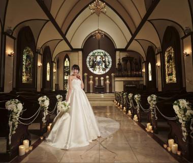 ステンドグラスが輝く「聖グロリアス教会」