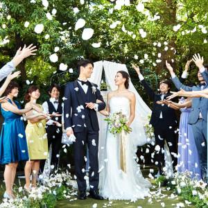 たくさんの花びらが舞うフラワーシャワー。ゲストからの祝福をうけて|マノワール・ディノの写真(1125832)