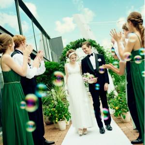 青空と緑、皆の笑顔に囲まれたオリジナルテラス☆ お二人の想いやアイデアでテラスをお二人のステージに!|8G Horie RiverTerrace Weddingの写真(904787)