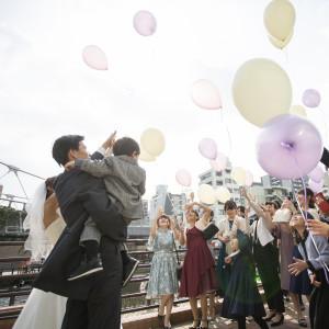オリジナルテラスで行うバルーンリリースも素敵★|8G Horie RiverTerrace Weddingの写真(7229009)