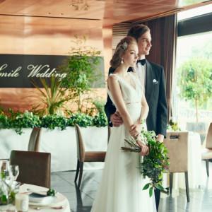 一面ガラス張りの窓から差し込む自然光が会場の顔を変化させるスパイスに!|8G Horie RiverTerrace Weddingの写真(904792)