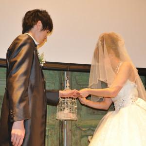 お二人の元には鳥かごが姿をあらわし、指輪を運んでくれます映像演出も様々なものをご準備しています|FINCH OF AMAZING DINERの写真(306703)
