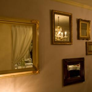 壁一面位は様々な形の鏡をご用意ゲストのお姿が絵画の様に、世界で一枚のお写真をお納めいただけます|FINCH OF AMAZING DINERの写真(306745)