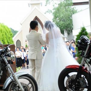 【ガーデン人前式】バイクをこよなく愛するお二人。バイクも一緒の結婚式。 テラスグランツ(TERRACE GLANZ)の写真(2132179)
