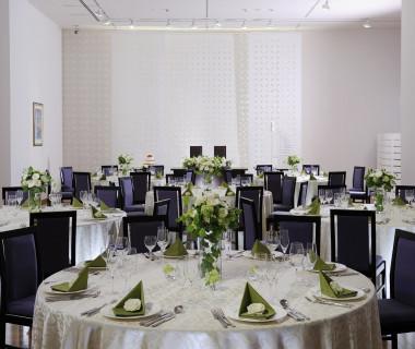 披露宴会場【芸術の間】。白を基調とし、壁にはシャガールの絵が飾られています。