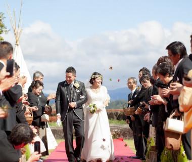 挙式後はゲストからの紅葉シャワーで祝福!お二人の未来が幸せいっぱいになりますように♪みんなで願いを込めて