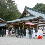 【橿原神宮内拝殿挙式】 参集所前で御参列いただき内拝殿挙式場までは花嫁行列で進む