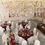 【養正殿・香久山(72名様まで)】 養正殿会場内は大きなシャンデリアが特徴のひとつ。和コーディネートもおすすめ。