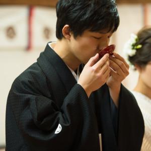 夫婦契りの盃(三三九度)(1)新郎新婦が大中小の盃で互いにお酒を飲み交わし、夫婦の契りをかためます。 住吉神社 (博多)の写真(4439247)