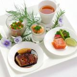 鮮やかな「前菜の盛合せ」はサーブされた瞬間、ゲストから歓声が!サイフィンで仕上げるスープや、薫香と共に届ける鮮魚のスモークなど、ASOならではの料理演出も楽しめる
