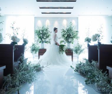 壁一面に埋め込まれたクリスタルが花嫁を一層輝かせる