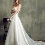 光沢のあるサテンで仕立てられたシルエットの美しいドレス