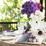 テーマカラーや季節に合わせたテーブルコーディネートで会場を華やかに