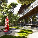 四季薫る庭園に艶やかな和装の調和はまるで絵画のよう