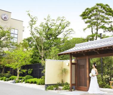 当日訪れるゲストはエントランスゲートから趣溢れる庭園を辿り、チャペルやパーティ会場へ