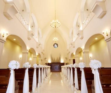 荘厳な雰囲気を持つ白亜の独立型大聖堂