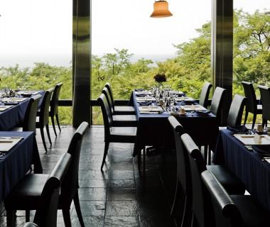 自然の温かな光に包まれた披露宴会場。絶好のロケーションと細やかなサービスでおもてなし致します。