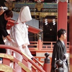 挙式後観光客の皆さんから祝福を受けます|日光東照宮の写真(262829)