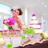 パーティーの進行中に、ゲストへデザートのサプライズプレゼント。豊富な種類のケーキやフルーツでおもてなし!