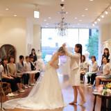 結婚式が近い花嫁たちが集まって立ち居振る舞いのレッスン! ドレスを着たときの、歩き方、ブーケの持ち方、泪の拭き方など当日起こり得るシチュエーションをイメージして参加して