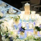 淡い光のキャンドルに白と青の美しいコーディネート