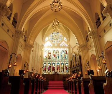 ステンドグラスが輝くチャペルで叶う大聖堂ウエディング 「本物」だけが集うことの出来る神戸・旧居留地で 究極のサービスを感じられるひとときをお約束します