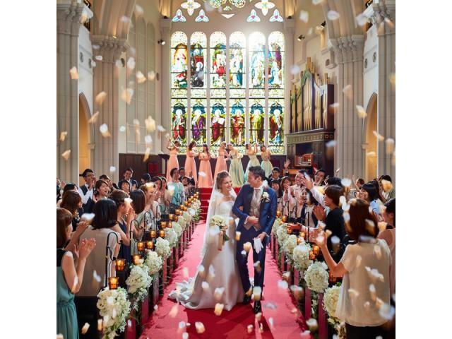 ステンドグラスが輝く美しい大聖堂