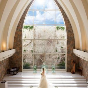 大きな窓から、新郎新婦を照らす自然光が差し込む|NIHO -Dramatic scene wedding-の写真(3444497)